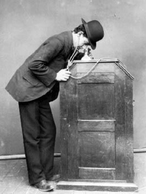 Doorheen het kijkgat bovenaan deze kijkdoos kon men een aantal filmpjes bekijken. Bemerk de koptelefoon die deze persoon aanheeft: voor de opname van geluid gebruikte Edison zijn Kinetophone. Het zou echter nog tot 1926 duren vooraleer Hollywood de stap zette naar de geluidsfilm.